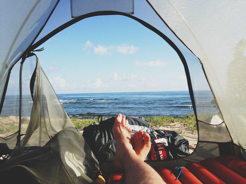 Wypoczynek pod namiotem – o czym należy pamiętać?